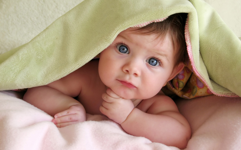 Baba a takaró alatt
